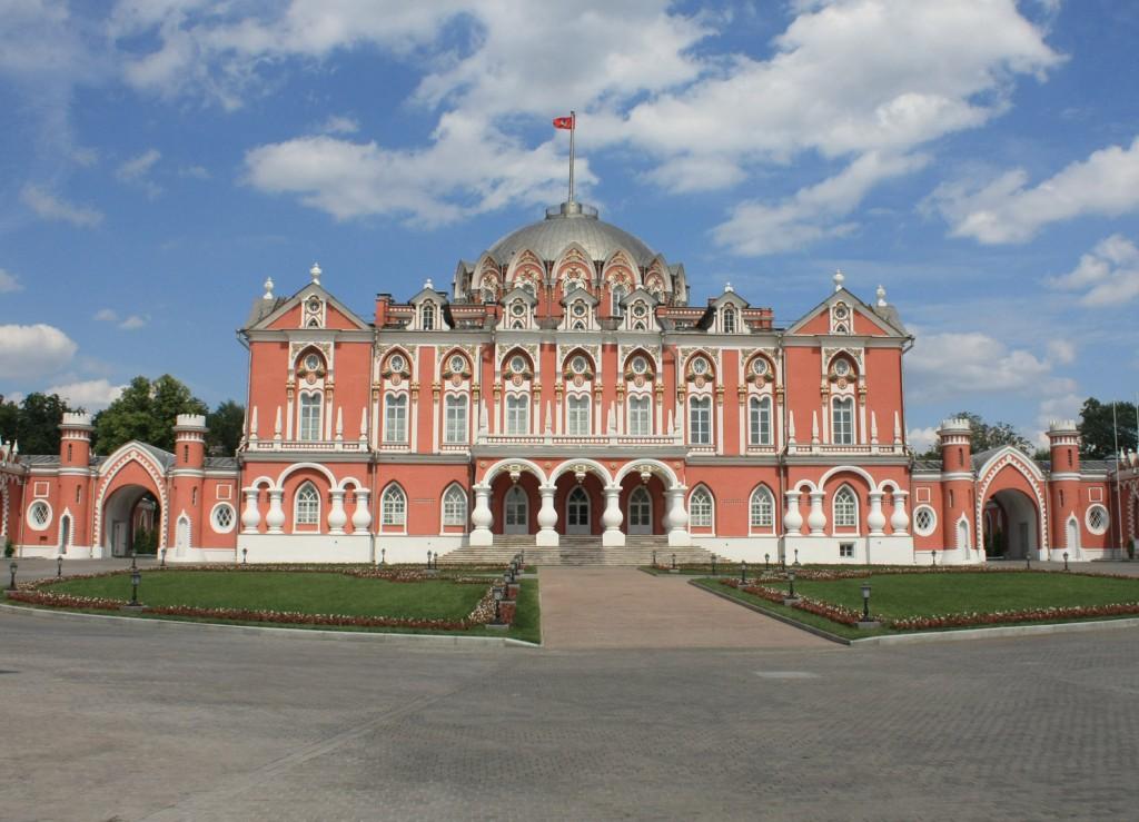 Красивый дворец в Москве